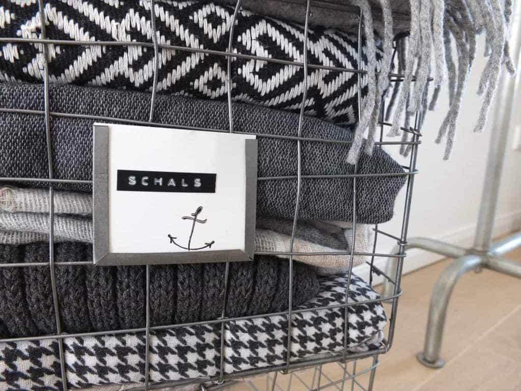 Wohngoldstück_Metallkorb für Garderobe im skandinavischen Design