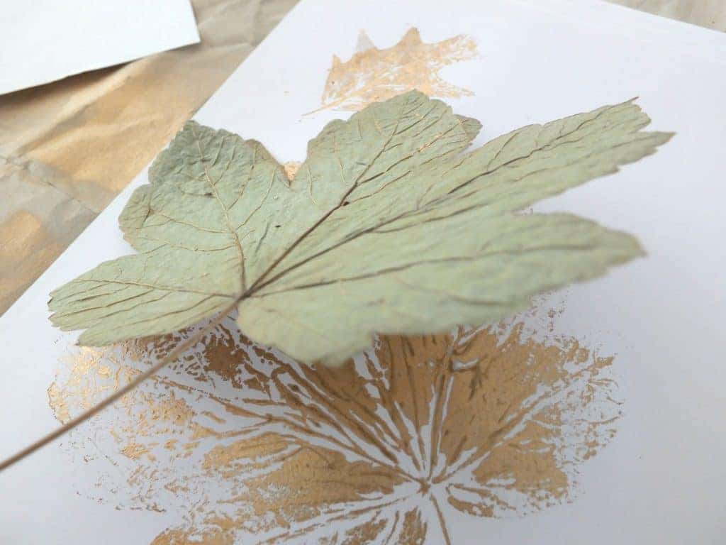 Wohngoldstück_DIY Herbstdekoration Blätter in Moebe Rahmen und mit Klammer