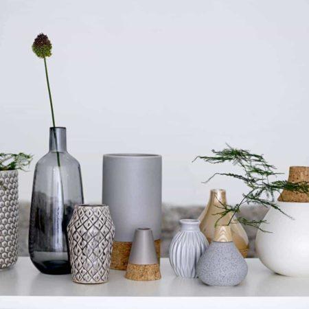 Wohngoldstück_Bloomingville Vase Grau + Weiß mit Kork + Grau mit Holz