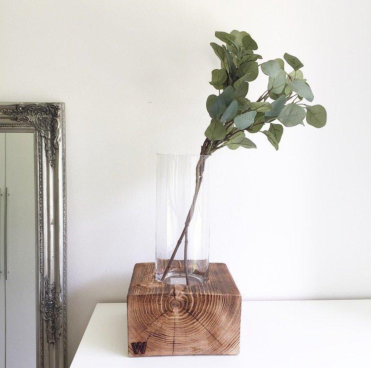 holzblock 39 gro 39 mit vase von woodenchock wohngoldst ck. Black Bedroom Furniture Sets. Home Design Ideas