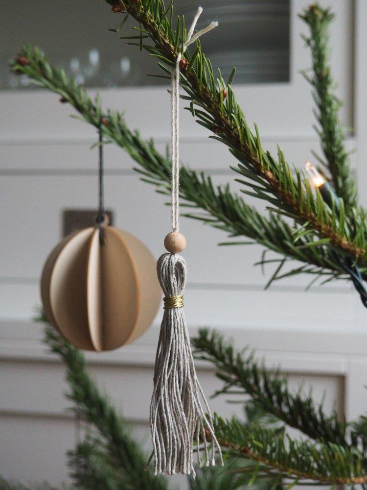Wohngoldstueck_Weihnachtliche Geschenkverpackung mit Quasten